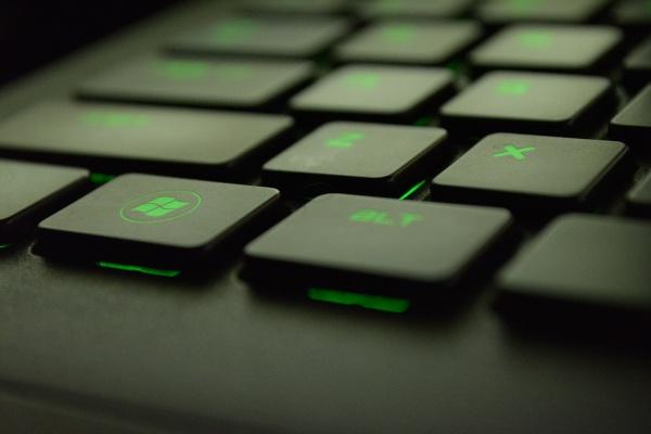 Bild einer grünen Gaming Tastatur